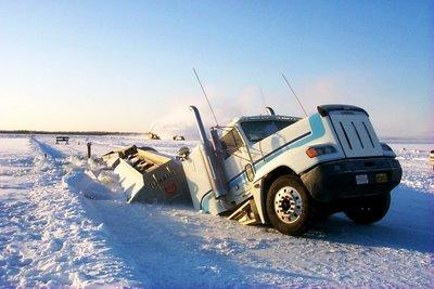 Hundimiento de un camión en la autopista de hielo