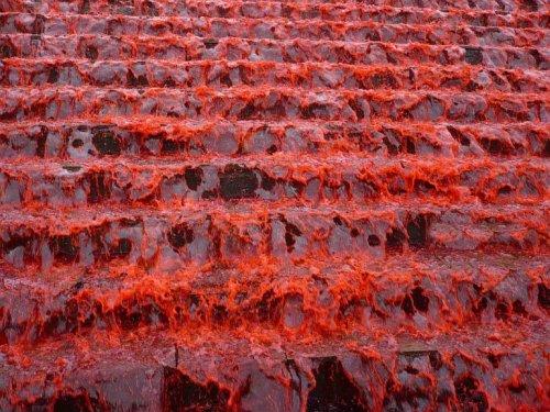 Fuente de agua roja