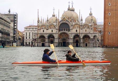 Resultado de imagen para Fotos de la inundación de la plaza de San Marcos en Venecia.