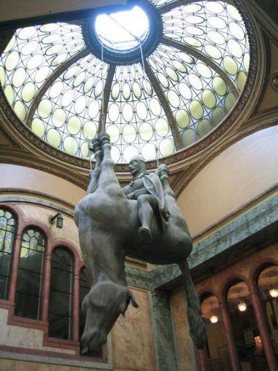 estatua caballo al revés