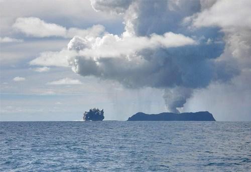 erupción de un volcán submarino en Tonga