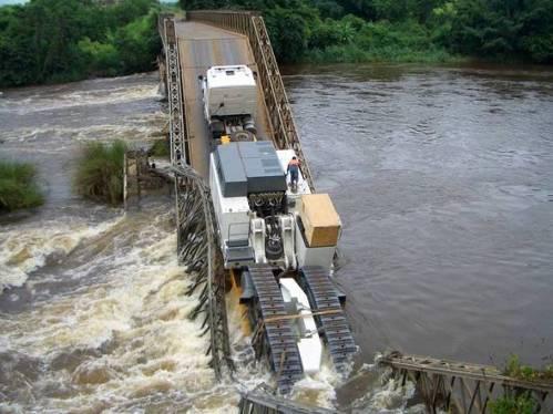Caida de un puente sobre un rio