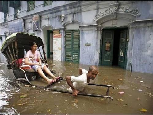 Ricksaw en la inundación
