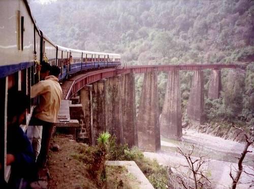 Tren en el precipicio