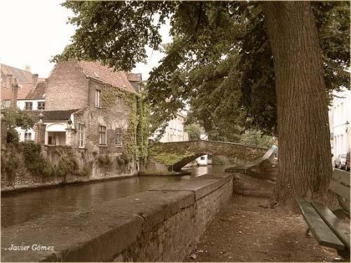 Paseando junto al canal en Brujas