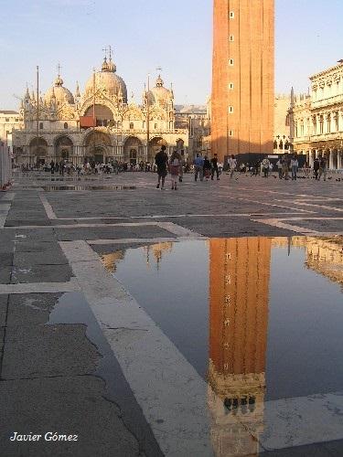 Campanile en Venecia, reflejo sobre el agua
