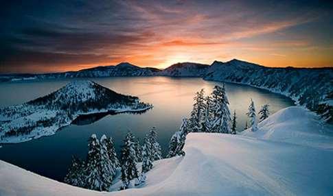 Lago con cráter