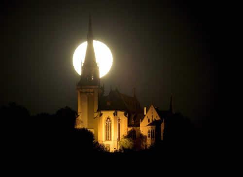 Luna tras la torre de la iglesia