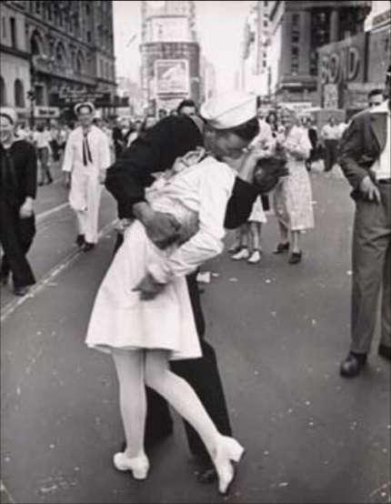 Novios besandose en Paris