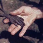 World Press Photo 1980: El misionero y el niño