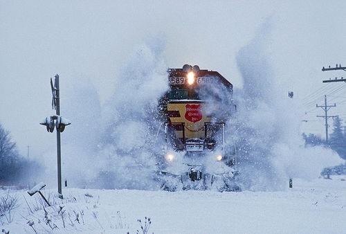 Foto de tren atravesando la nieve