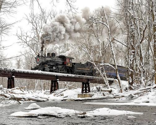 Foto de tren sobre un puente nevado