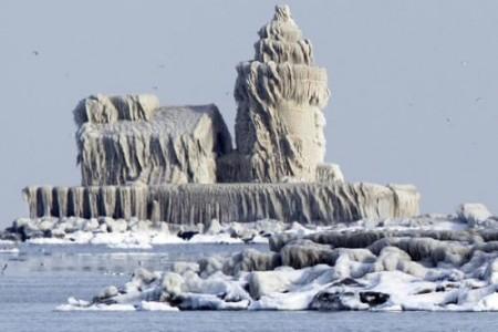 La sorprendente imagen de un faro congelado