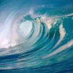 Haciendo surf sobre las olas