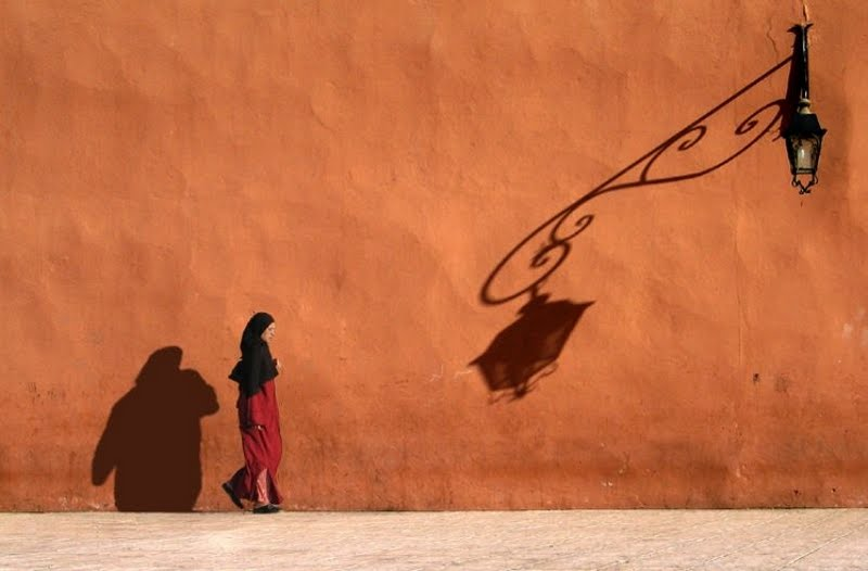 Mujer y farola y sombras